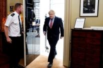 Johnson volta ao trabalho e pede a britânicos que sigam em quarentena