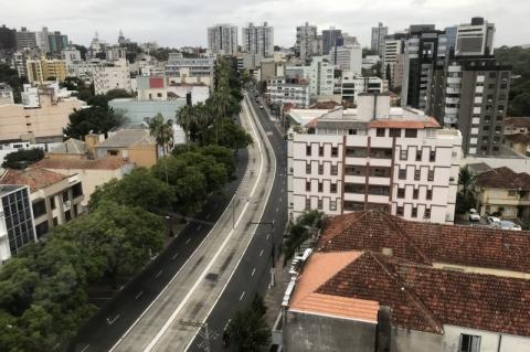 As marcas do coronavírus em Porto Alegre: avenida Protásio Alves vazia