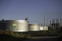 Petróleo fecha em alta, com expectativa de maior demanda e novos cortes na oferta