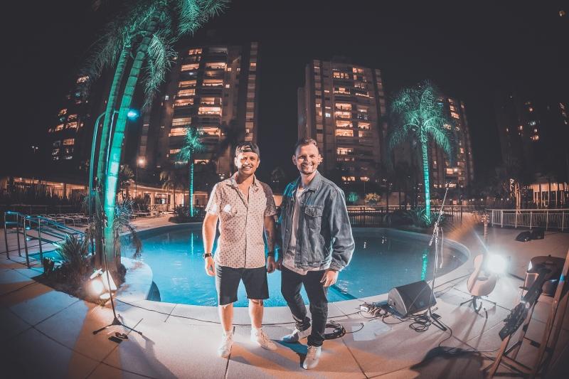 A dupla Double Face, dos irmãos Thiago e Diego Massimino, faz shows em condomínios para arrecadação de doações