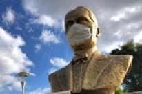 Monumentos em Flores da Cunha ganham máscaras para incentivar o uso da população