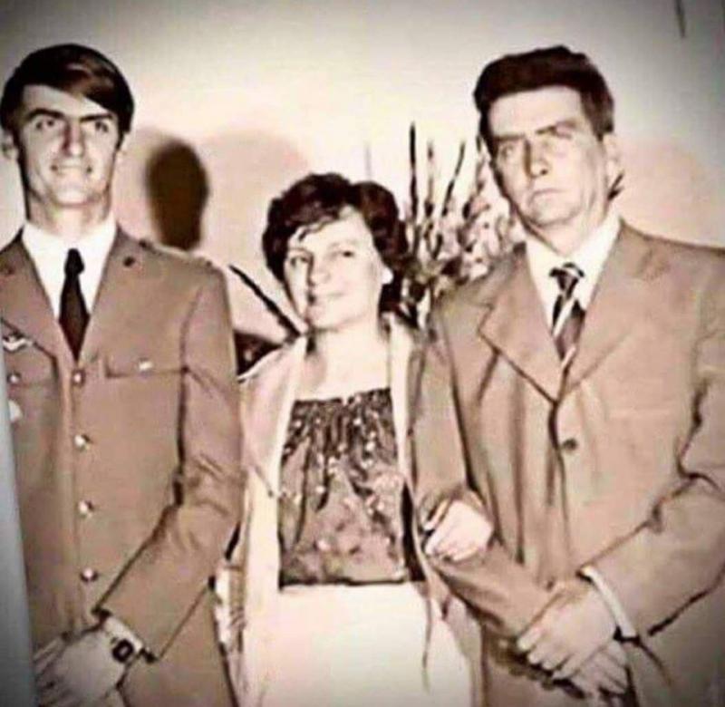 Presidente postou memória antiga ao lado dos pais