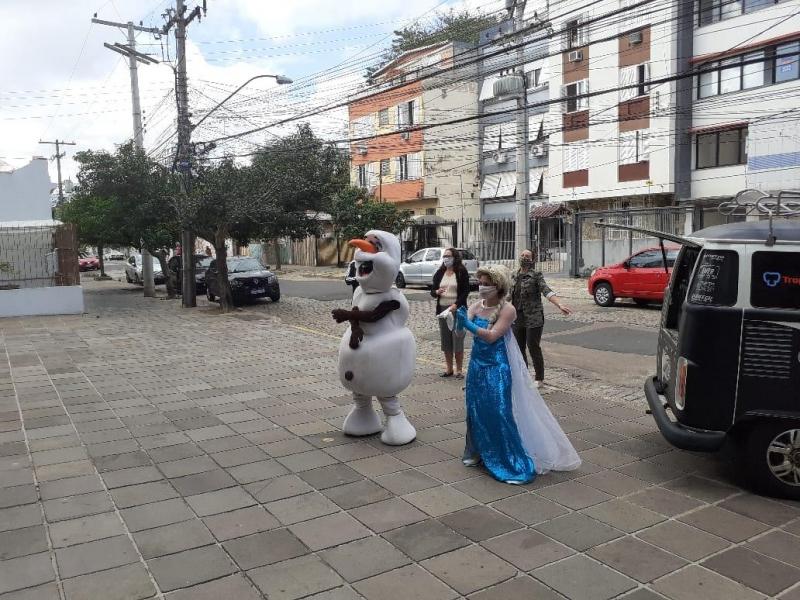 Alegria e Cia faz festa nas calçadas para crianças durante o isolamento social