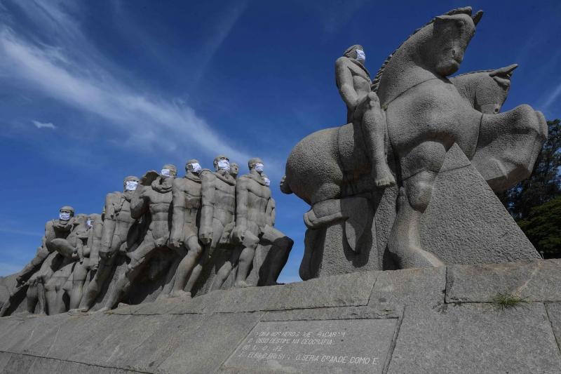 Registro de 12 de maio mostra estátuas do Monumento das Bandeiras em São Paulo com máscaras