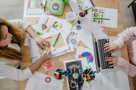 'Velha economia' se aproxima de startups