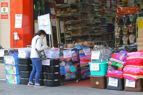 Confiança do consumidor cai 0,7 ponto em novembro ante outubro, diz FGV