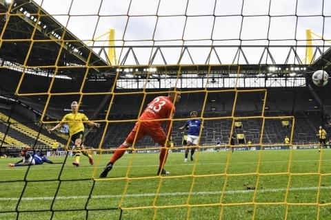 Campeonato Alemão volta com goleada, bolas desinfetadas e sem abraços em gols