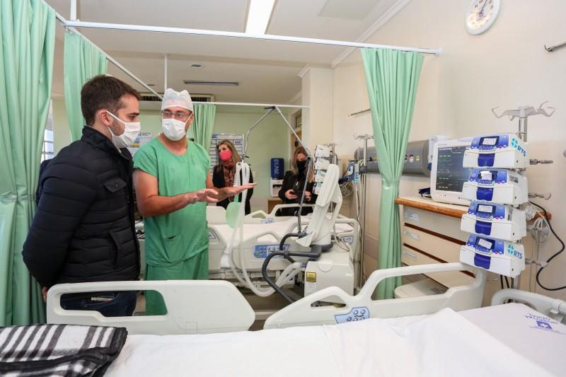 Leite visitou os novos leitos de UTI e anunciou aumento dos repasses ao Hospital Geral
