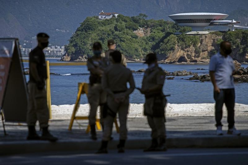 No Rio de Janeiro, policiais orientam a população para que sigam o isolamento social