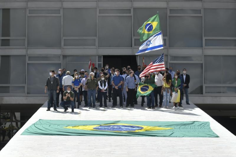 Jair Bolsonaro acompanhou manifestação junto com ministros na rampa do Palácio do Planalto