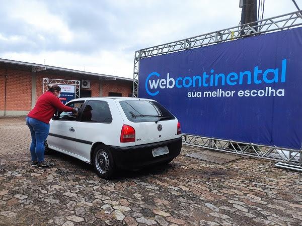Empresa montou drive-thru, onde um funcionário entrega os donativos direto nos carros