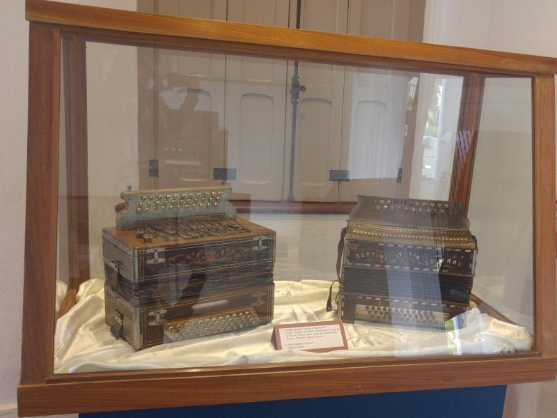 Gaitas de botão feitas pelo casal de italianos Appiani e Maria Savoia em vitrine do Museu do Imigrante, em Bento Gonçalves