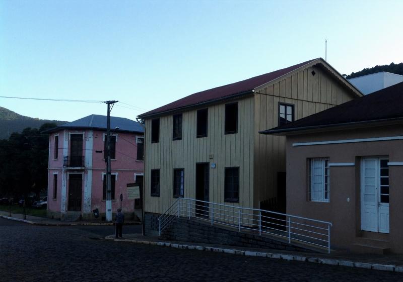 Residência de madeira, Casa Ferri (centro) de Santa Tereza foi primeira fábrica de acordeão do Brasil