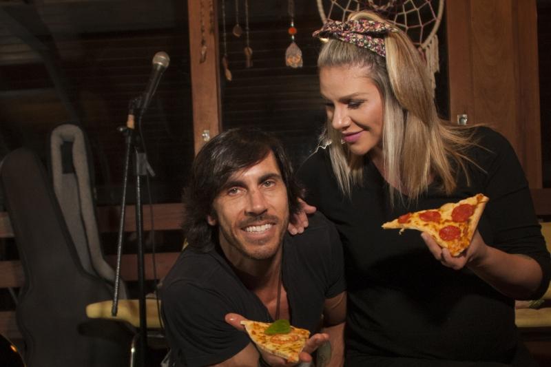 Claus e Vanessa abriram a Pizza da Dupla, delivery em Porto Alegre.