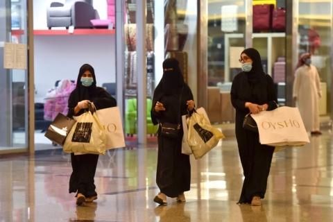 Máscaras são obrigatórias na França, mas véu muçulmano continua banido