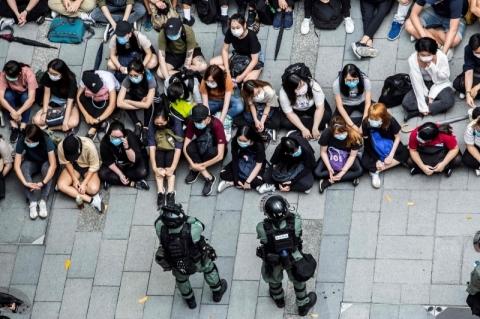 Polícia de Hong Kong prende 300 pessoas em novo protesto contra leis de segurança