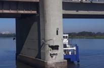 Navio bate em pilar da ponte do Guaíba