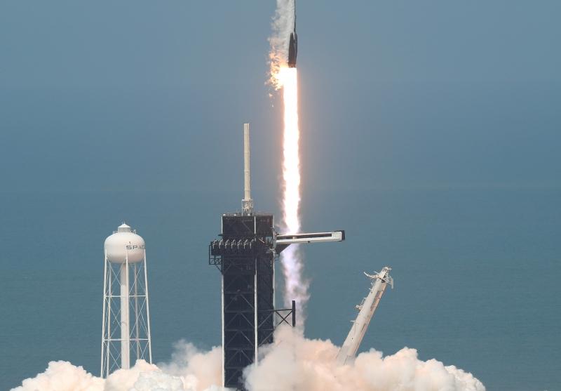 Foguete Falcon 9 deixou o solo americano às 16h22min (hora de Brasília) com astronautas
