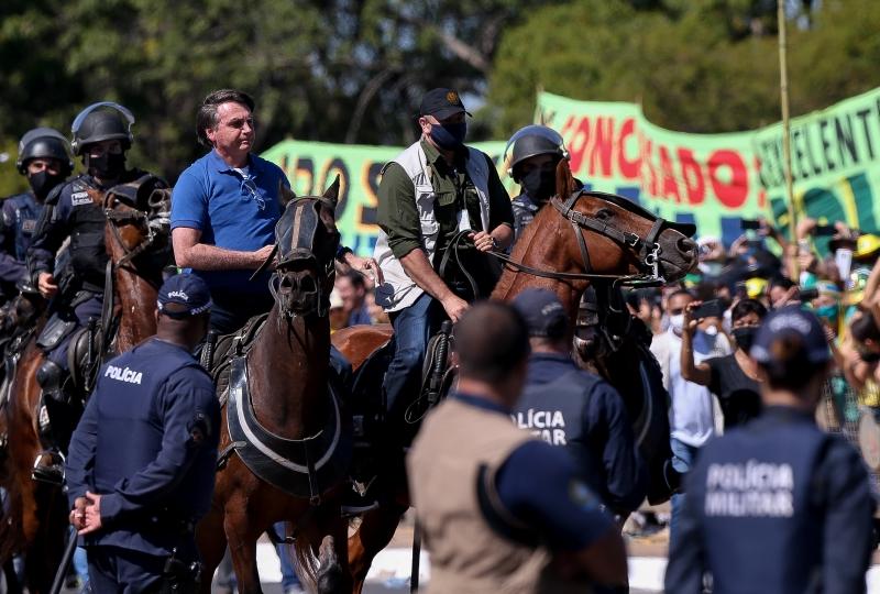Presidente circulou de helicóptero, andou a cavalo e cumprimentou apoiadores