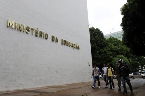 Mais de seis meses após fechamento de escolas, MEC diz que vai liberar R$ 525 milhões para volta às aulas