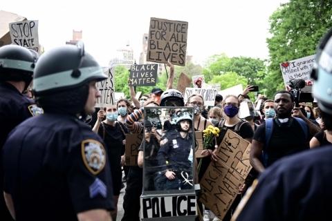 Parentes de jovem negro assassinado por policial são presas em protesto nos EUA