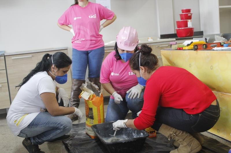 Projeto capacita mulheres para trabalhar na construção civil; oferta de serviço caiu após início da pandemia