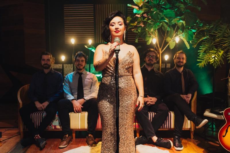 Cantora lança single 'La Vie En Rose' com grupo de jazz pela Audio Porto