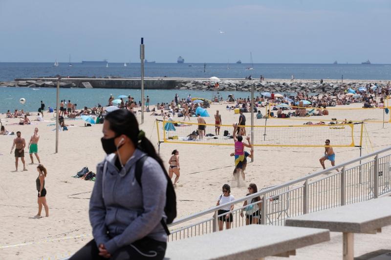 Domingo foi de praias cheias em Barcelona, às vésperas da reabertura na Espanha