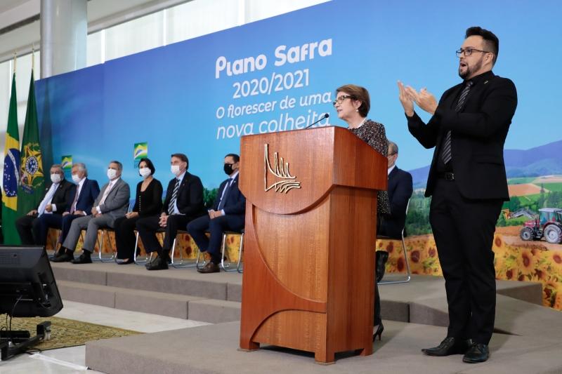 A ministra da Agricultura, Tereza Cristina, comandou o anúncio, acompanhado por Bolsonaro