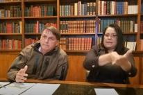 Em live semanal, Bolsonaro classifica de 'espetaculosa' prisão de Queiroz