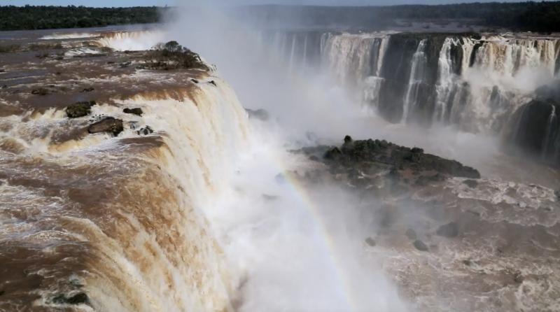 Dança das águas nas Cataratas do Iguaçu ganha protagonismo na abertura da obra