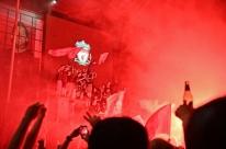 Eufórica, torcida do Liverpool ignora até pedido de Klopp e festeja taça nas ruas