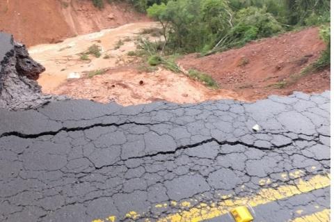 Passagem do ciclone bomba interrompe trânsito em rodovias do RS