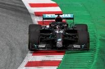 Com Hamilton na frente, Mercedes faz dobradinha no 1º dia do