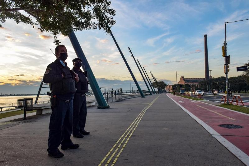 O parque Moacyr Scliar na Orla do Guaíba está fechado com o objetivo de conter a circulação de pessoas
