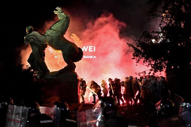 Policiais que protegiam o prédio do Parlamento responderam com gás lacrimogêneo para dispersar a multidão