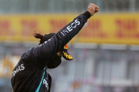 Hamilton vence GP da Estíria e Mercedes faz dobradinha