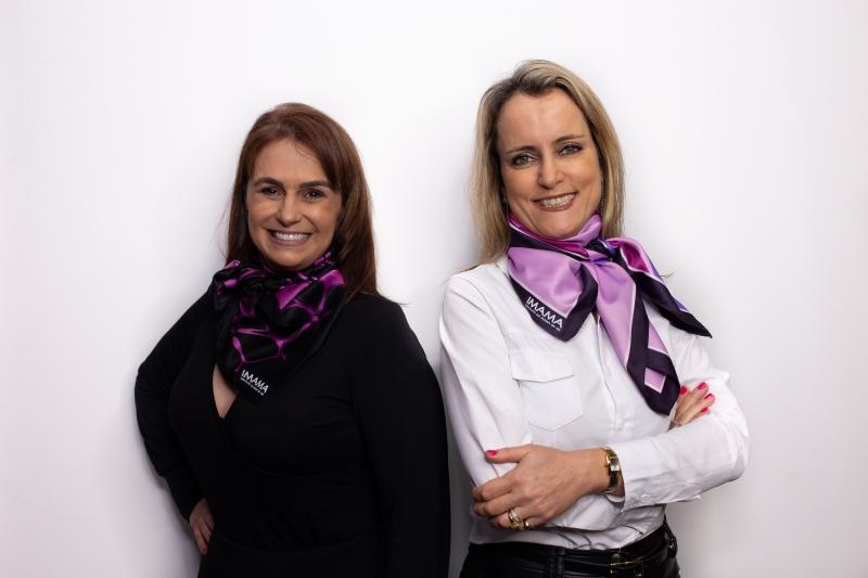 Martha Rosinha e Cíntia Seben com os lenços do Imama