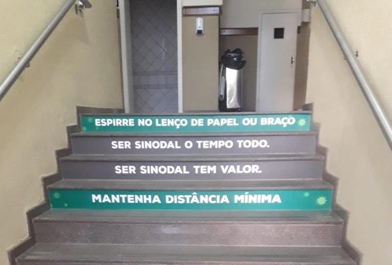 Colégio Sinodal já colou adesivos nas escadas para alertar alunos sobre medidas de prevenção