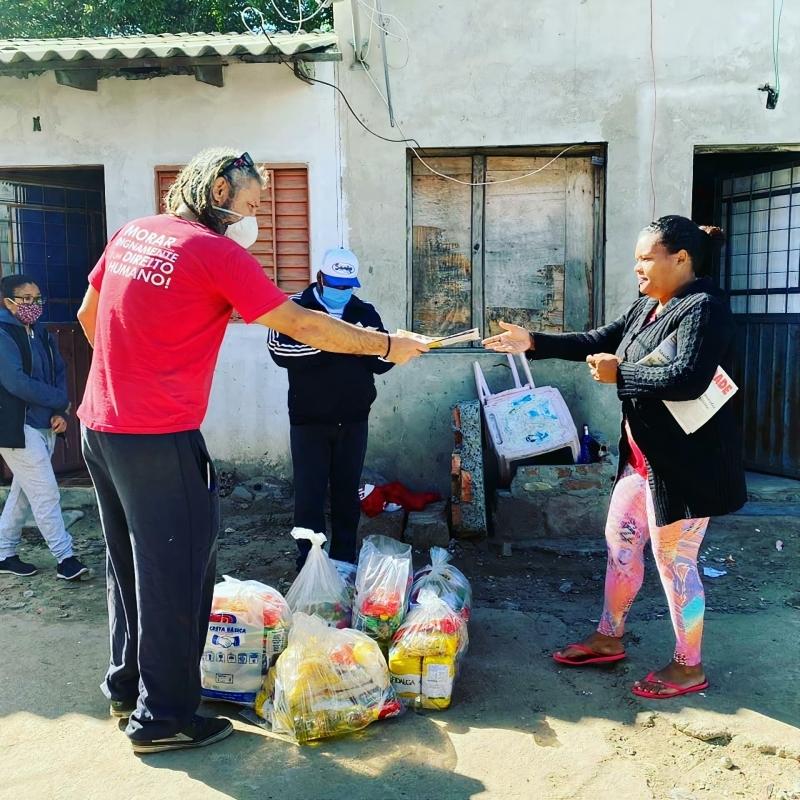 Equipes de voluntários distribuem, além de insumos e cestas básicas, jornais para informar as comunidades