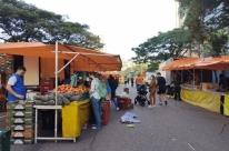 Moradores de Porto Alegre aproveitam dia de calor e sol e vão às ruas
