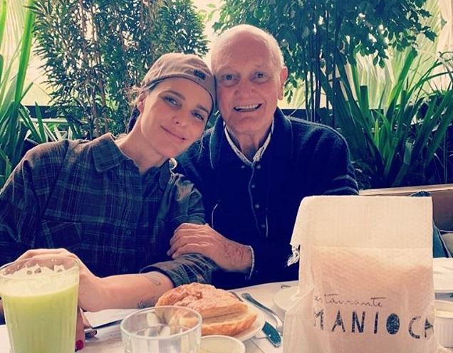 Fernanda com o pai em uma das idas dele para São Paulo para vistar a filha e ver netos