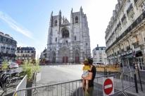 Polícia detém voluntário de catedral por suspeita de ação em incêndio