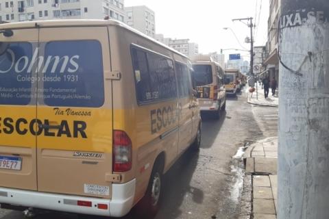 Vans escolares fazem carreata em Porto Alegre para cobrar resposta do governo Leite sobre crédito