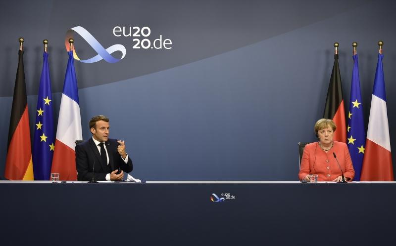 Macron (e) e Merkel (d) estiveram presentes em Bruxelas