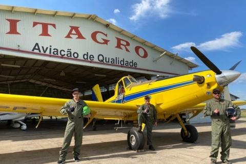 Aviões e pilotos agrícolas em alerta na fronteira para combater gafanhotos