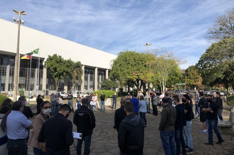 Grupo se reuniu em frente à prefeitura de Caxias do Sul para defender reabertura dos estabelecimentos