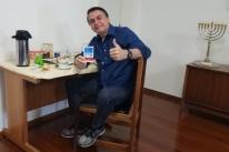 Com hidroxicloroquina na mão, Bolsonaro anuncia teste negativo para Covid-19