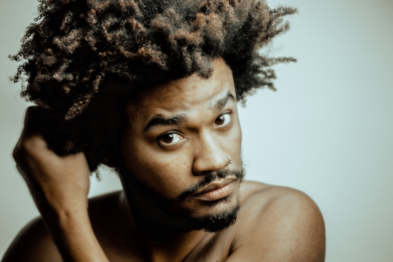 Cantor, percussionista, compositor e poeta de Alvorada lança clipes de singles neste ano