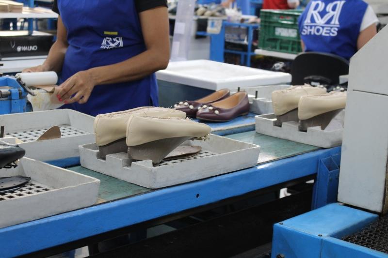 {'nm_midia_inter_thumb1':'https://www.jornaldocomercio.com/_midias/jpg/2020/07/29/206x137/1_rr_shoes_industria_calcados_via_uno_jornal_do_comercio-9104880.jpg', 'id_midia_tipo':'2', 'id_tetag_galer':'', 'id_midia':'5f21ee143bb3c', 'cd_midia':9104880, 'ds_midia_link': 'https://www.jornaldocomercio.com/_midias/jpg/2020/07/29/rr_shoes_industria_calcados_via_uno_jornal_do_comercio-9104880.jpg', 'ds_midia': 'Pandemia - indústria - calçadista - empresa RR Shoes marca Via Uno - fábrica em Santo Antônio da patrulha - Rio Grande do Sul - funcionários - linha de montagem - calçados - trabalhadores  ', 'ds_midia_credi': 'RR SHOES/DIVULGAÇÃO/JC', 'ds_midia_titlo': 'Pandemia - indústria - calçadista - empresa RR Shoes marca Via Uno - fábrica em Santo Antônio da patrulha - Rio Grande do Sul - funcionários - linha de montagem - calçados - trabalhadores  ', 'cd_tetag': '1', 'cd_midia_w': '800', 'cd_midia_h': '533', 'align': 'Left'}